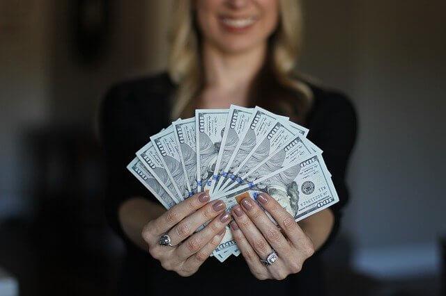 Frau hat Geld angelegt und Geld verdient